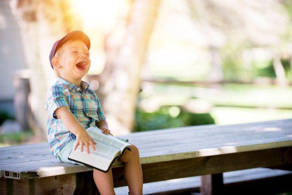 笑う男の子