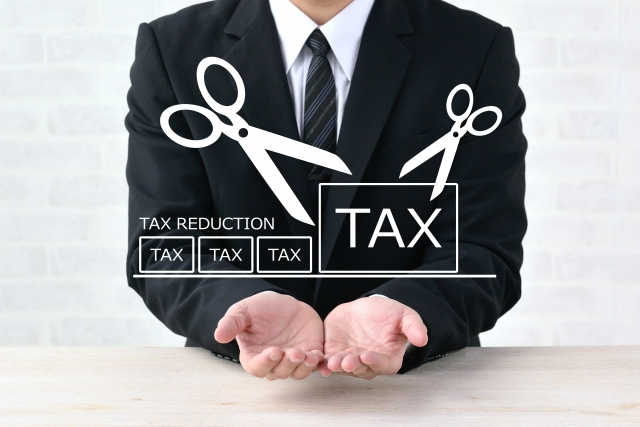消費税の看板を持つ男性