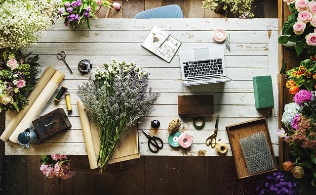机の上の筆記用具