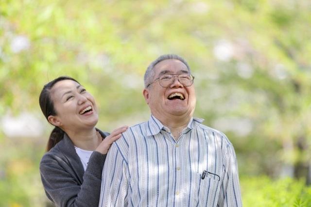 笑っている高齢者
