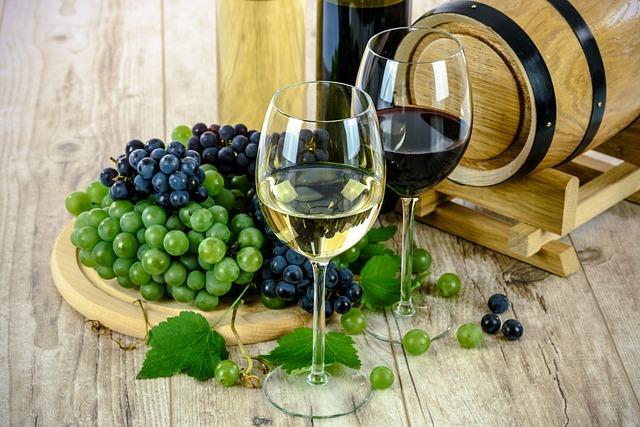 テーブルのぶどうとワイン