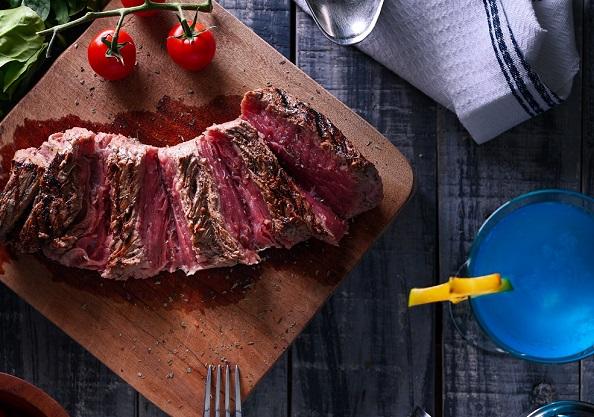 テーブルの上の肉料理