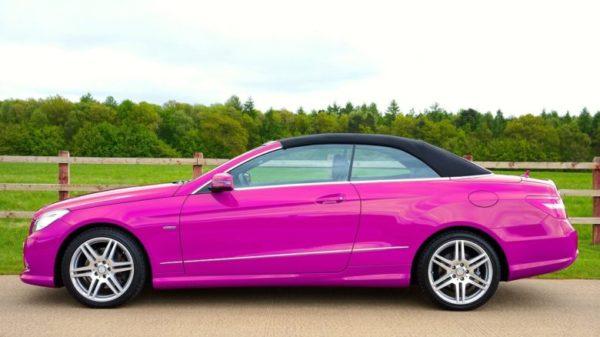 色あせない車の色 ピンク色の車