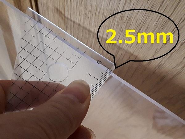 アクリル板の厚みを測った
